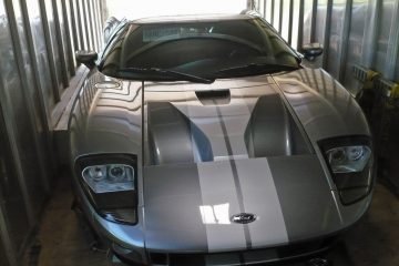Wide Ford GT -supercar just fits inside an enclosed trailer